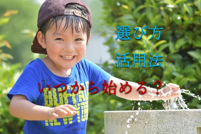 男の子が汗だくで公園の水飲み場で遊んでいる写真