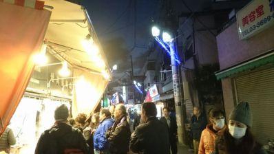 砂町銀座商店街:増英かまぼこ店さんの行列の夜の写真
