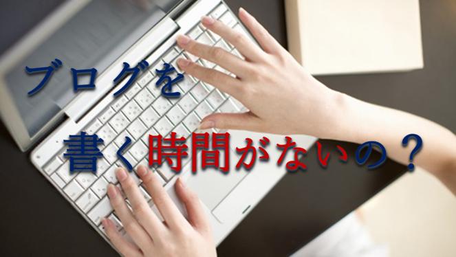 机の上でノートパソコンのキーボードを叩いている女性の手の写真