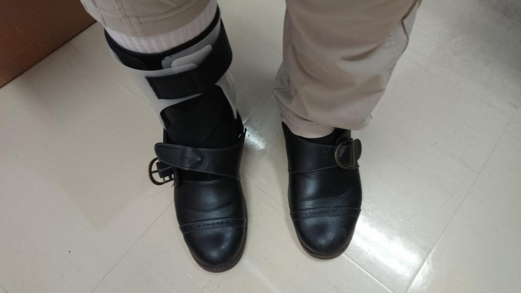サポーターを装着して靴を履いている写真