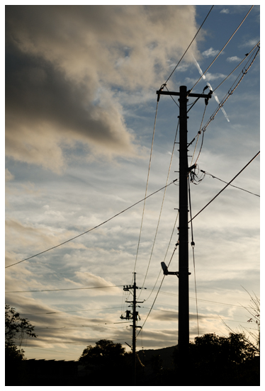 夕暮れと電信柱と飛行機雲