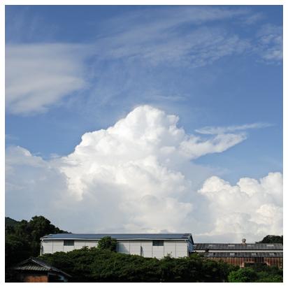 工場と夏の雲