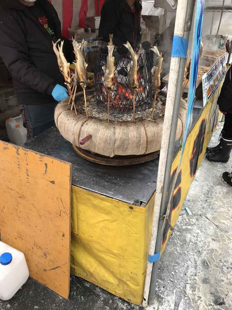 アメッコ市の鮎の丸焼きの屋台の画像
