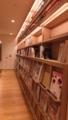 図書館側の雑誌コーナー。1F奥、めっちゃせまい。