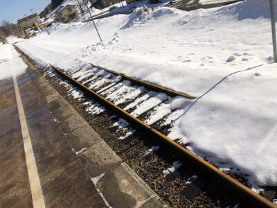 線路の上に雪が積もっている写真