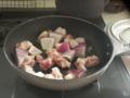 炒め物第一弾は玉ねぎとチキン。レシピによれば強火で3分。