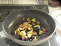 強火で1分炒めたあと。重曹のおかげでいいナス色で、この時点でグラ