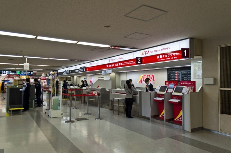 Fukuoka_Airport_Domestic_Terminal1_FDA_and_JAL_Check-in_Counters_March_2015