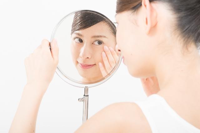 鏡で鼻を確認