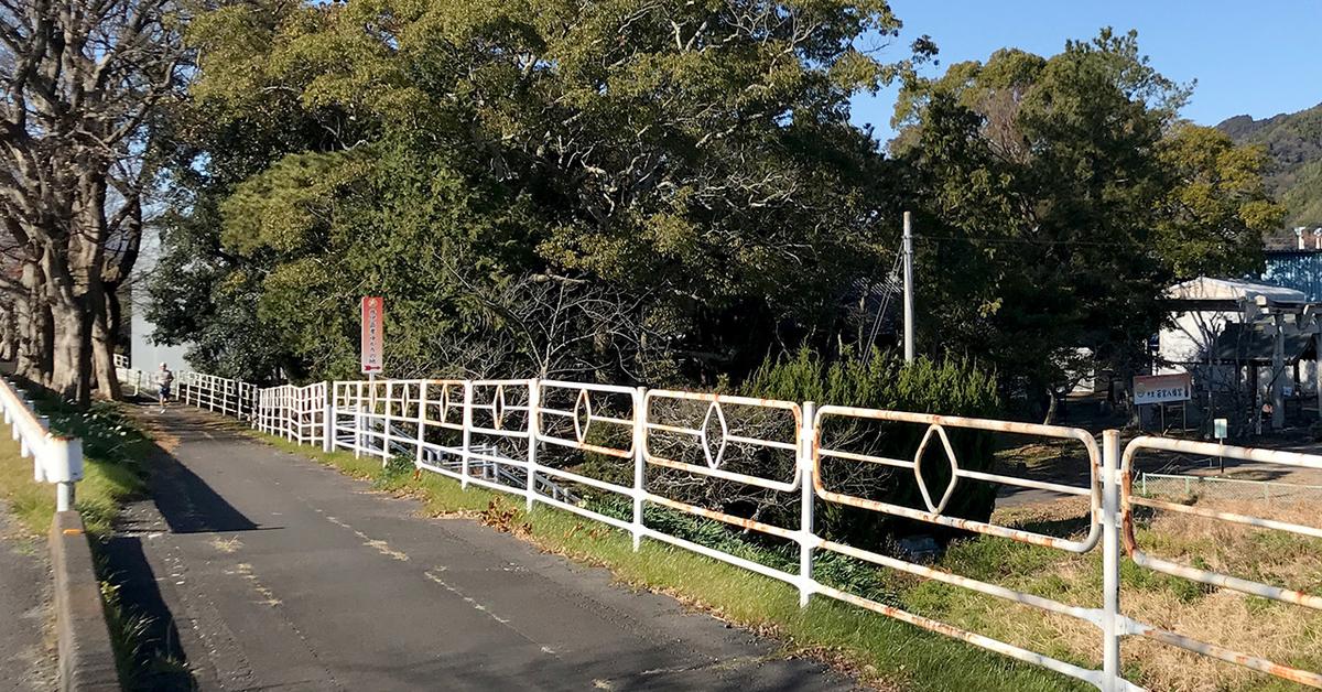 朝比奈川堤上の「井伊直孝ゆかりの地」の案内看板