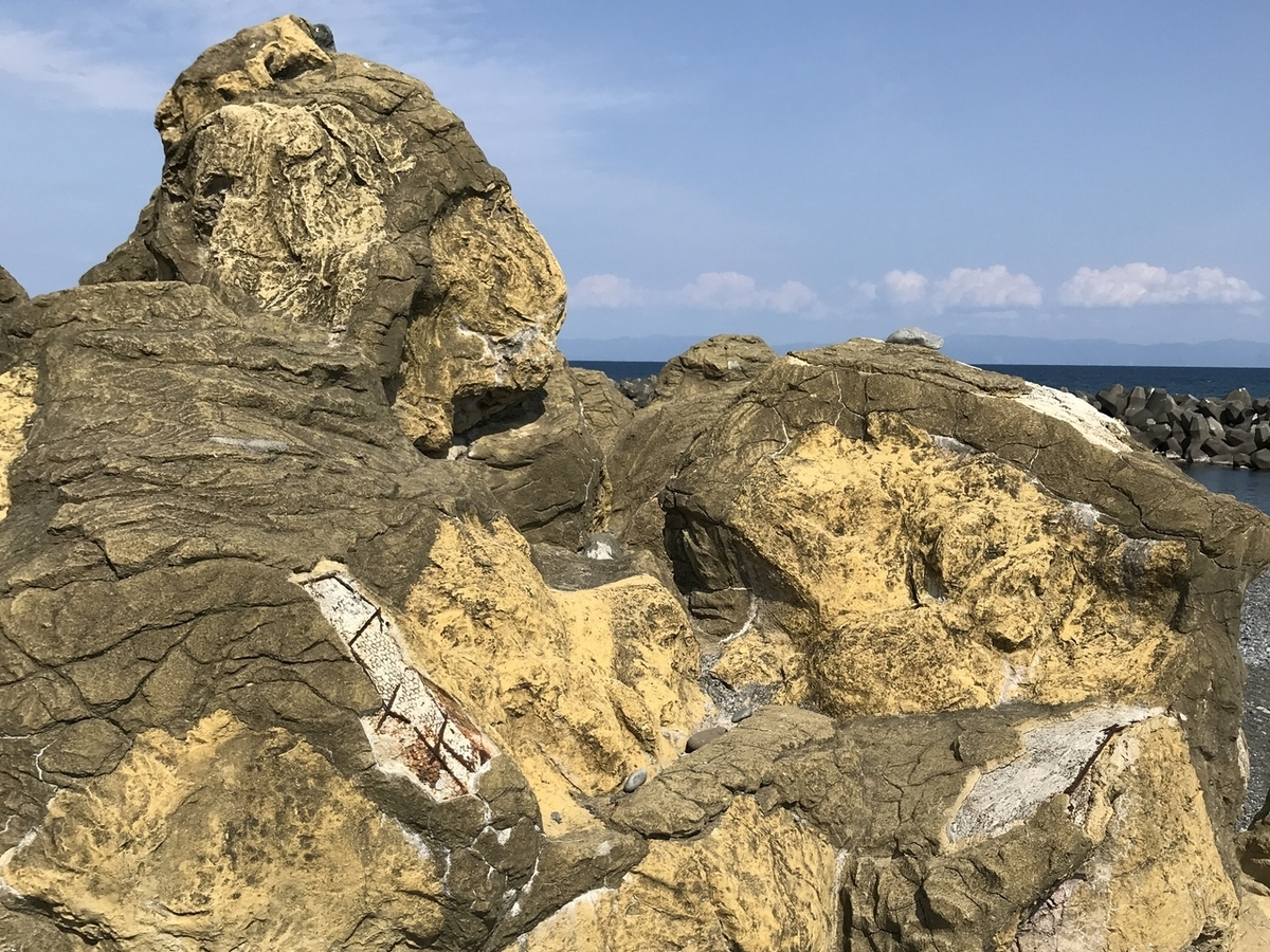 つくりものの岩