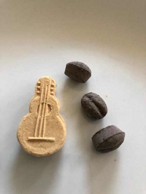 ひよりの和三盆で商品名はギターと豆