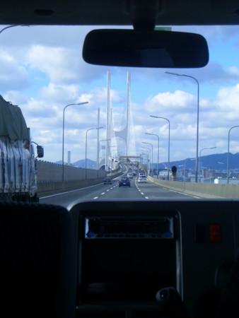 神戸に向かう高速道路