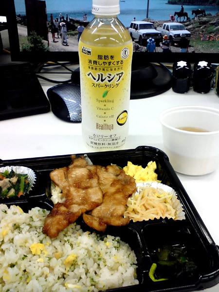 500円の生姜焼弁当とヘルシア「スパークリング!」