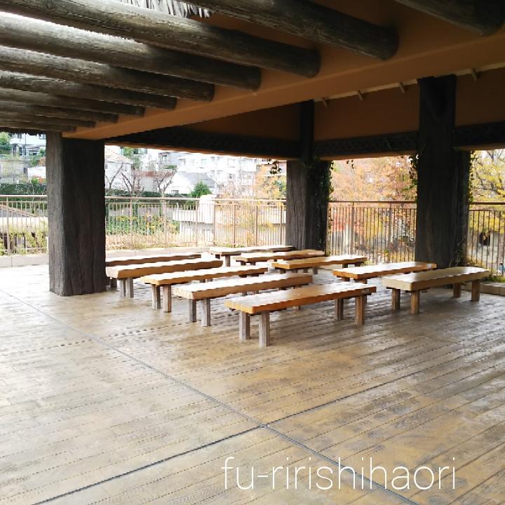 東山動植物園のゾウ舎二階のベンチスペース