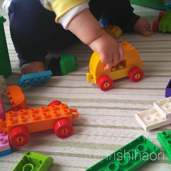 レゴデュプロの車輪パーツで遊ぶ子供の手