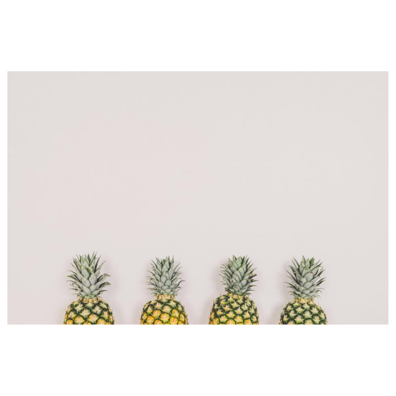 パイナップルが四つ並んでいる写真