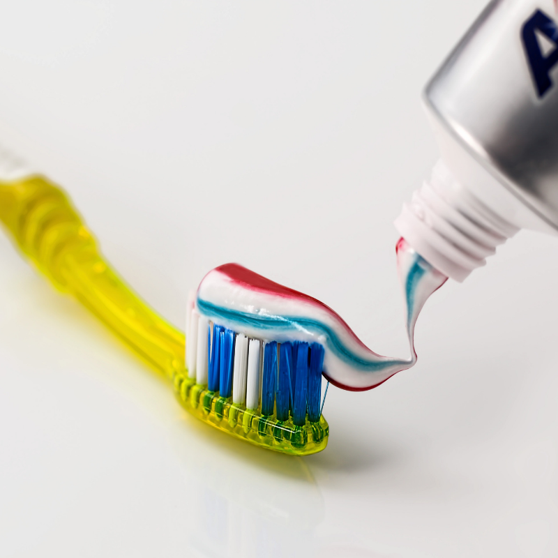 歯磨き粉を塗った歯ブラシ