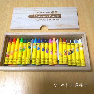 山田養蜂場のみつばちクレヨン18色が箱に入っている様子