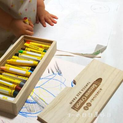 子どもが山田養蜂場の『みつばちクレヨン』でお絵描きしている様子