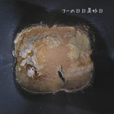 シロカのホームベーカリー(SHB-712)のパンケースに材料を入れた様子