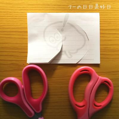 コクヨ『エアロフィットサクサ』とプラス『フィットカットカーブJr』でメモ用紙を曲線切りした写真