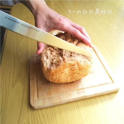 サンクラフトのパン切りナイフ『せせらぎ』で全粒粉パンを切っている様子