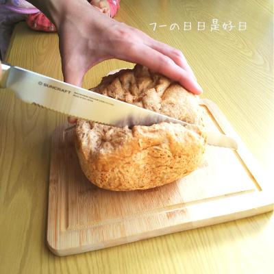 サンクラフトのパン切りナイフ『せせらぎ』で全粒粉パンを切っている様子2