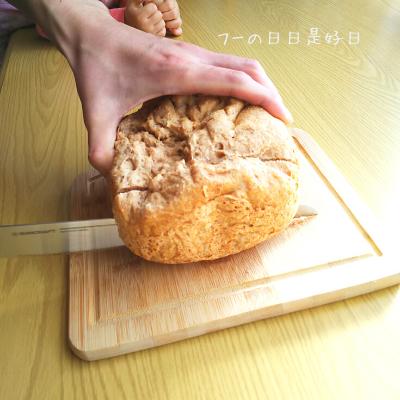 サンクラフトのパン切りナイフ『せせらぎ』で全粒粉パンを切っている様子3