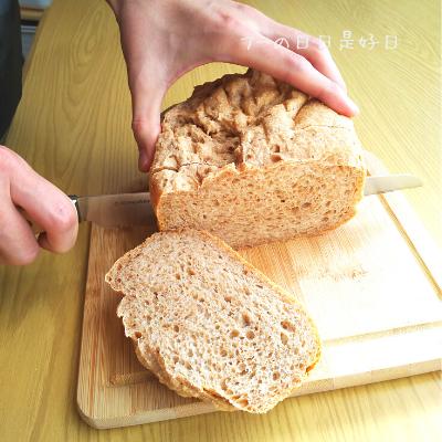 サンクラフトのパン切りナイフ『せせらぎ』で全粒粉パンを切っている様子5