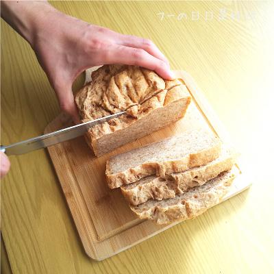 サンクラフトのパン切りナイフ『せせらぎ』で全粒粉パンを切っている様子6