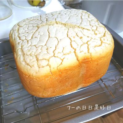 シロカのホームベーカリー(SHB-712)で焼いたグルテンフリー米粉パンを網の上に出した様子