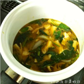 rinto ホーローマルチポットのアイボリーで味噌汁を作った様子