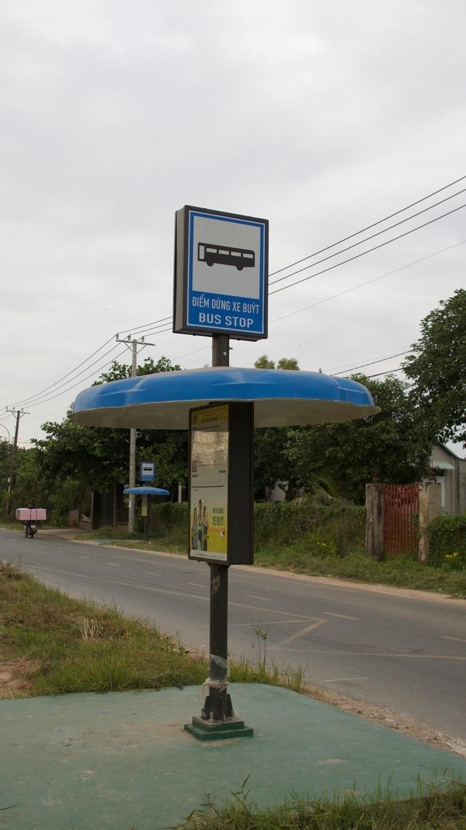 クチトンネルそばのバス停