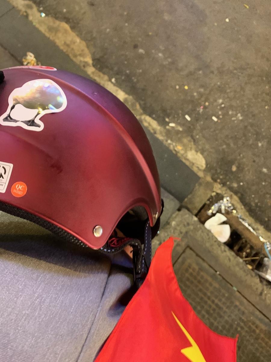 Grab bike乗車中に後ろのドライバーに見えるようヘルメット後頭部に貼ったドイツのトリ