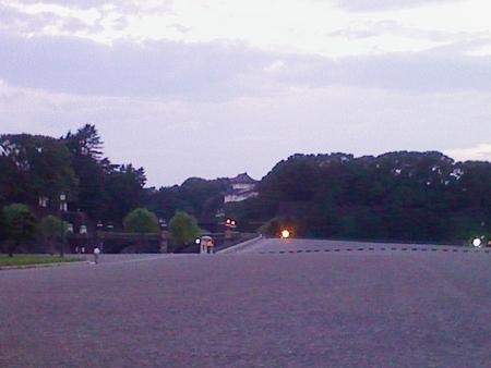皇居前で休憩中