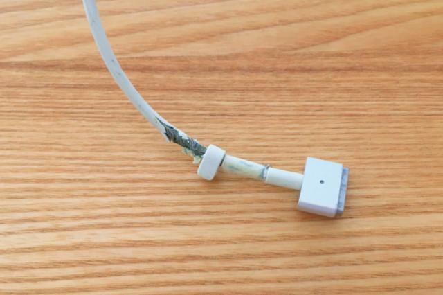 断線寸前のmacbook電源ケーブル
