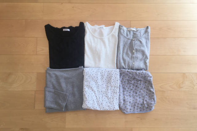 断捨離対象となった6着の畳まれた衣類