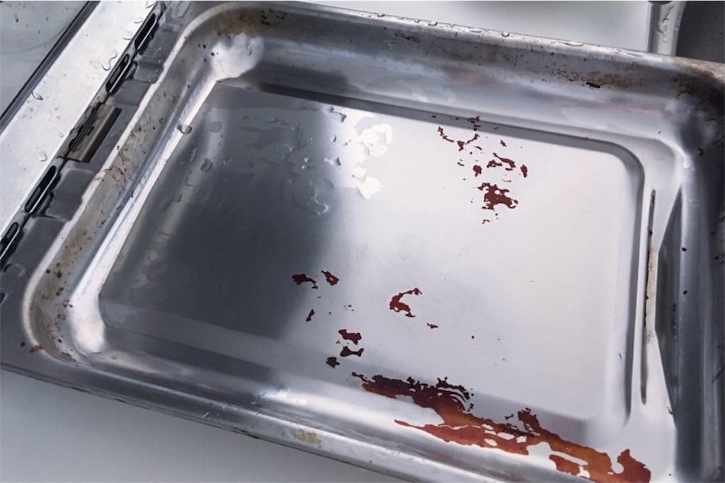 魚焼きグリルの受け皿にびっしりとついたコゲ