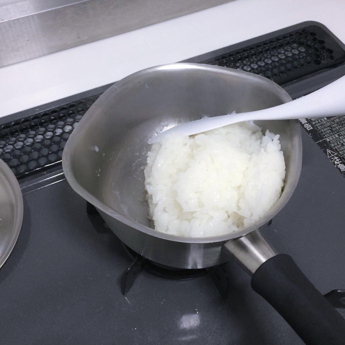 ステンレスの鍋でご飯を炊く