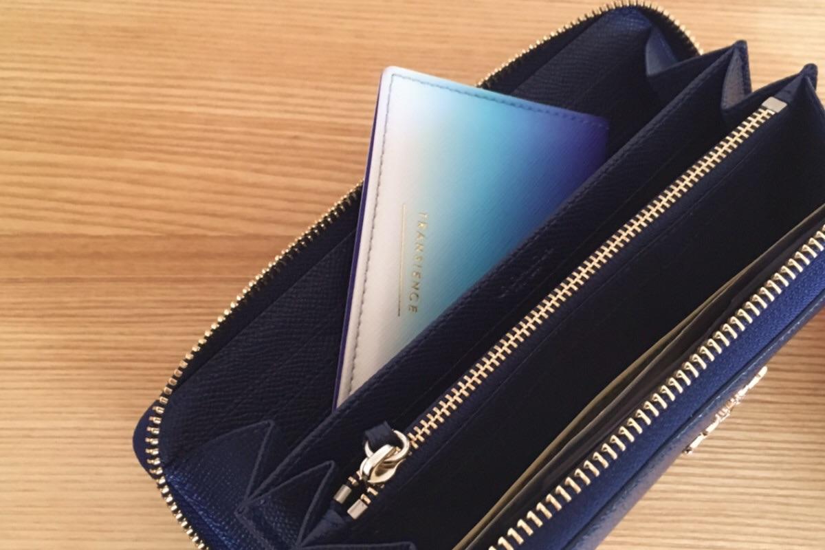 スリムなカードケースなら長財布にサッと入れられて手間なし。