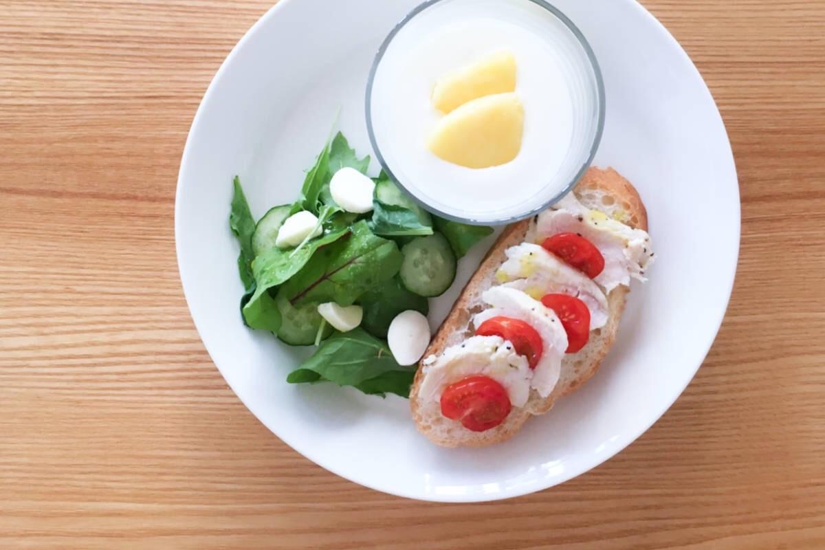 イッタラのティーマを使った朝食ワンプレート。オープンサンド、ミニサラダ、フルーツヨーグルトで彩りよくシンプルに。