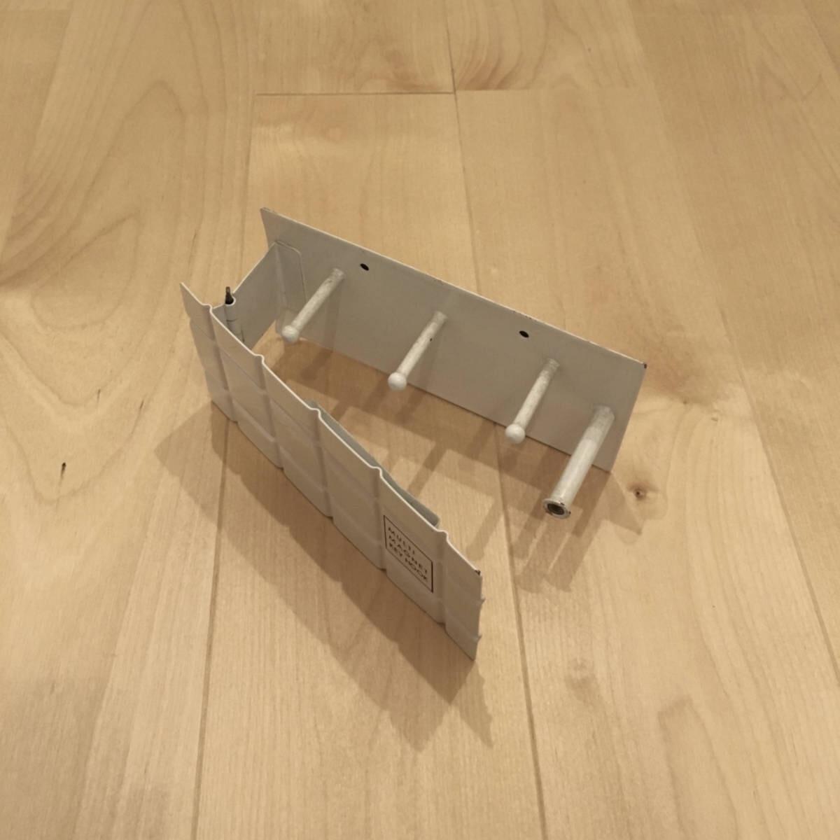鍵が3つ、印鑑が1つ収納できる、マグネット式のホルダー