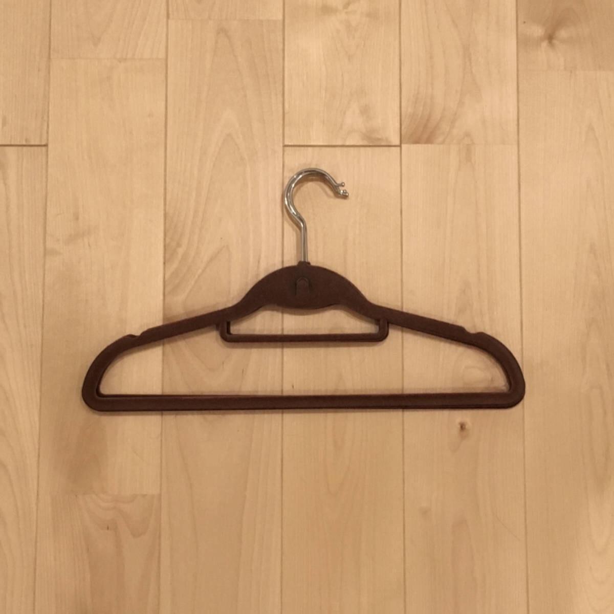コーデュロイのような生地が施された衣類が滑らないハンガー