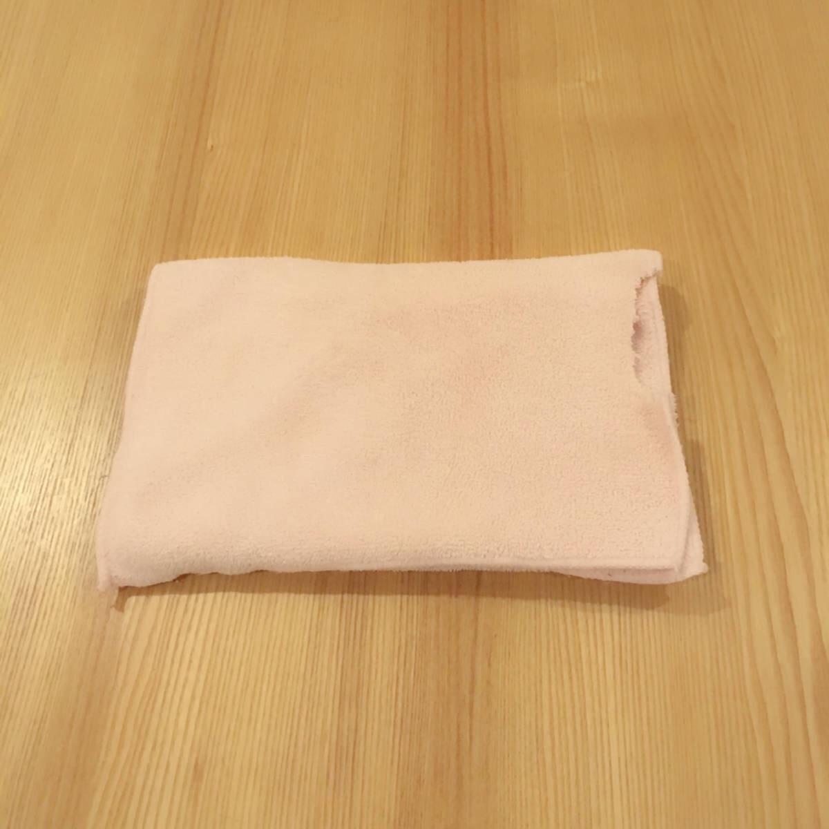 飼い猫のウールサッキングによって一部が欠けたタオル。