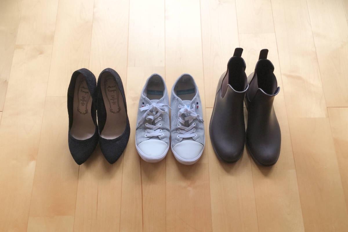 ミニマリストの靴3足。普段遣いのモノトーンスニーカー、ブラックのハイヒール、レインブーツ。どれも履いていて心地よく、お気に入りの物たち