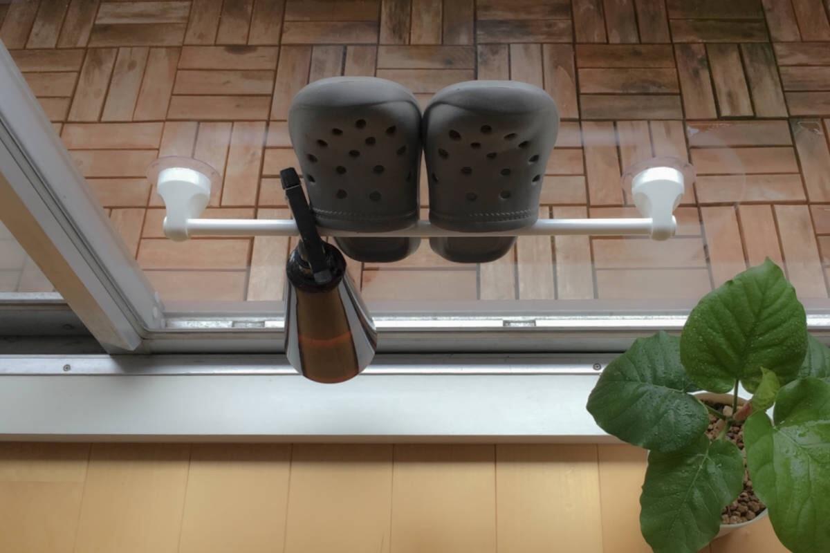 掃出し窓にタオルハンガーをつけて、サンダルを引っ掛ける。屋外側でも室内側でも。