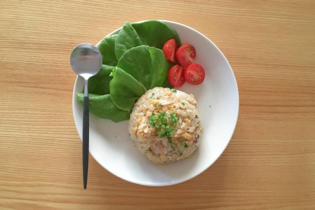 レンジだけで完成するチャーハンに、ミニトマトとサラダ菜を添えたワンプレート
