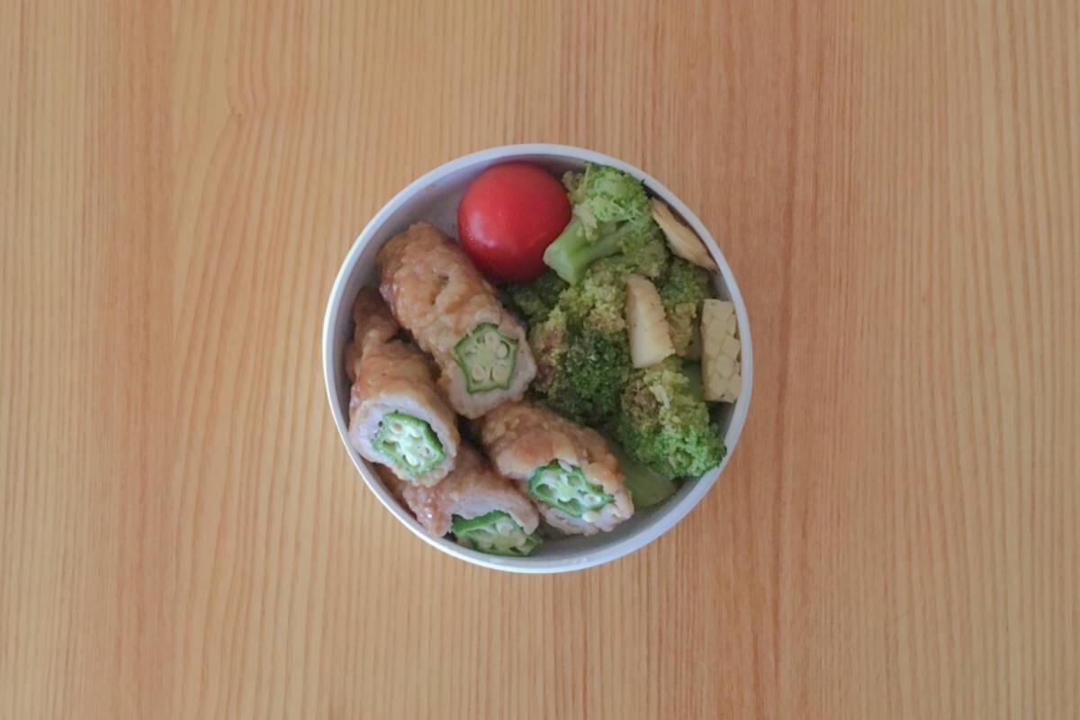 無印良品の丸形弁当箱に、ブロッコリーの海鮮炒めを海鮮炒めを乗せたのっけ弁