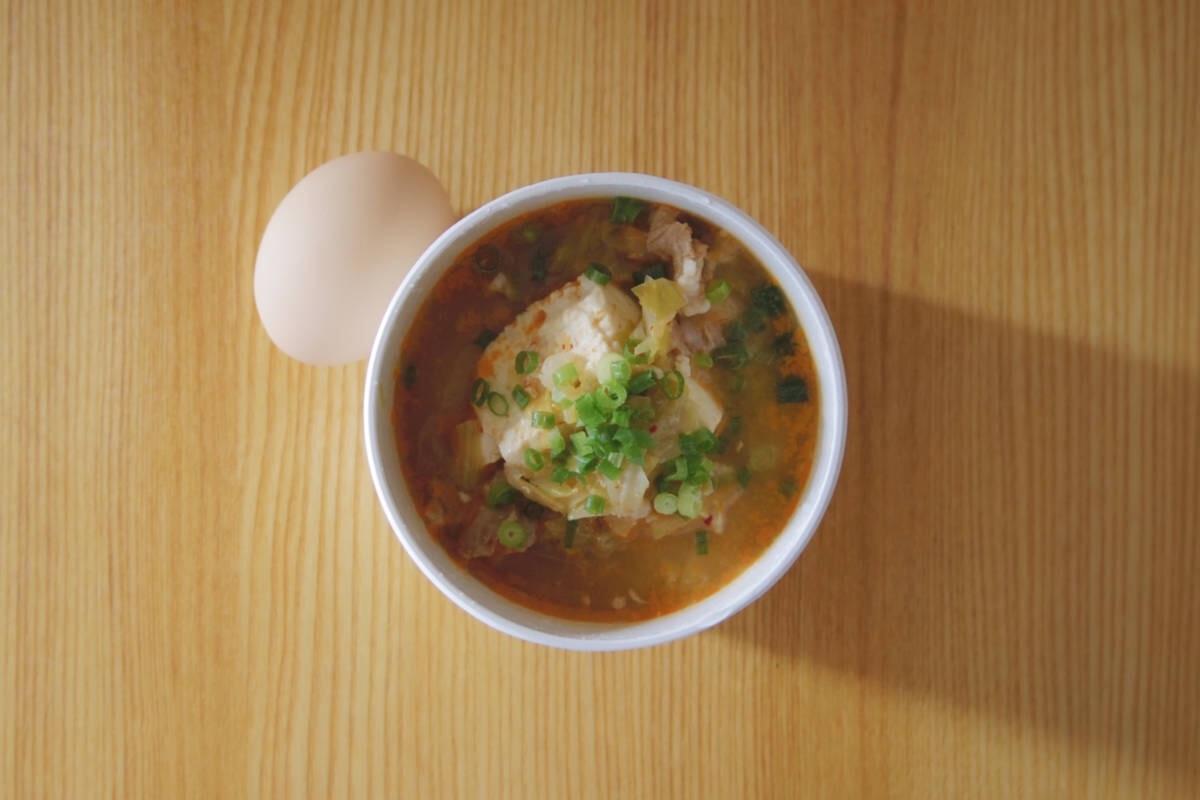 ピリっと辛いスンドゥブチゲ風のスープ弁当で、午後に活力。